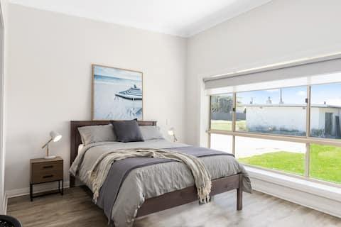Apartment 2 - Luxury Apartment & Motel Rooms - Free Wifi - Close To Beach