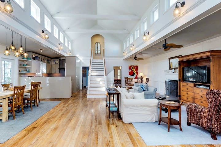 Family and dog-friendly beachside home w/shared pool, hot tub, & fitness center