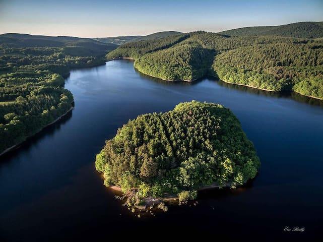 Cottage du lac de Chaumeçon avec étang privé
