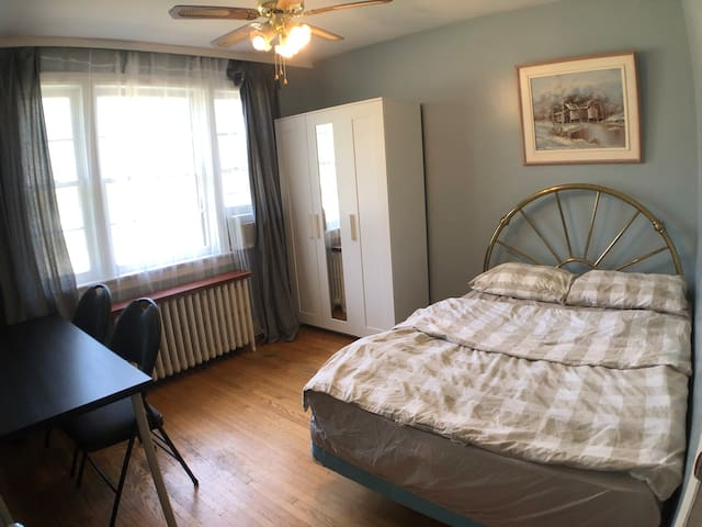 Private Room in Bloor West Village, Double Bed