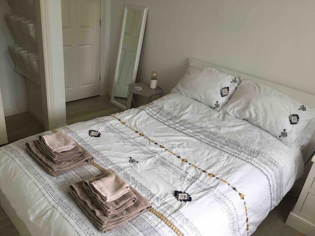 Double room in St Helier, private bathroom, garden