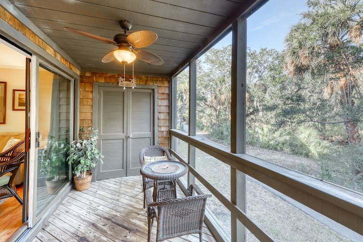 Family-friendly corner townhouse - close to tennis & golf courses, dogs welcome