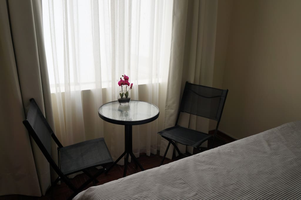 Zona con pequeña mesa y sillas para comer, leer o trabajar.