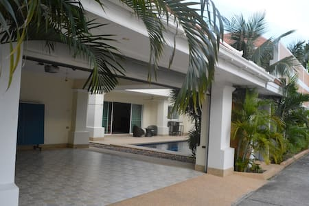 4 bedroom Deluxe Jomtien Beachfront - Sattahip - Villa