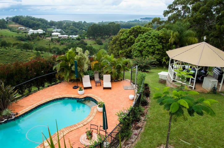 ALKIRA-Where Ocean & Mountains meet - Korora, Coffs Harbour - Bed & Breakfast