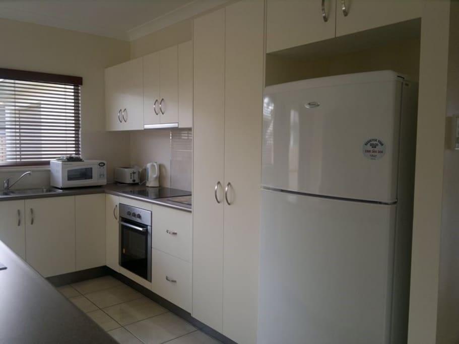 Equipped kitchen with dishwasher, oven, fridge, blender, juicer