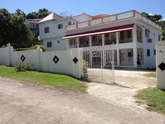 Safe and quiet location Unity Hall - Montego Bay  - Apartamento