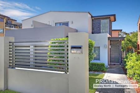 Kingsgrove - Private & so much space - Haus