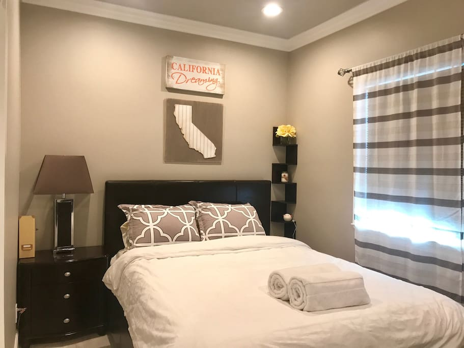 Comfortable cozy queen bed with private TV included Netflix and Hulu.