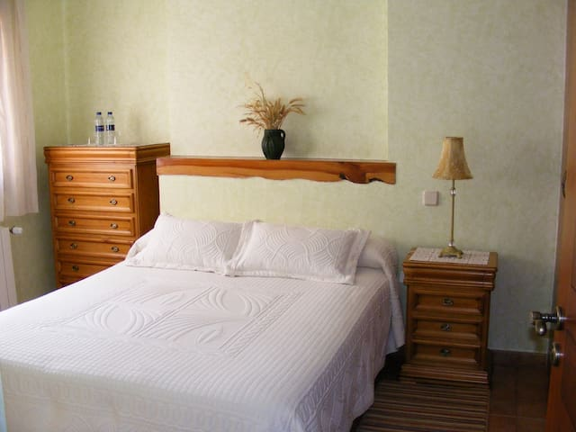 Habitación Doble, cama de matrimonio, con baño completo.