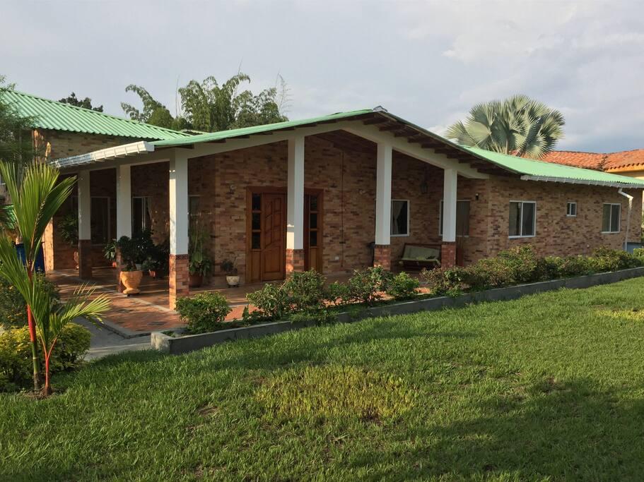 Casa confortable, dotada de todos los elementos para una buena estadía. Ambiente Familiar, tranquilidad.