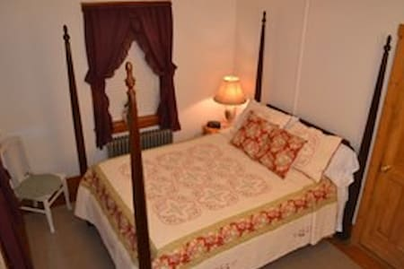 Beagle's BnB, Covered Bridges Suite - Paxinos - Bed & Breakfast