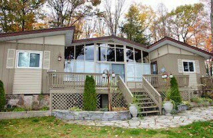 Beautiful 5 bdrm cottage on the water - Arden