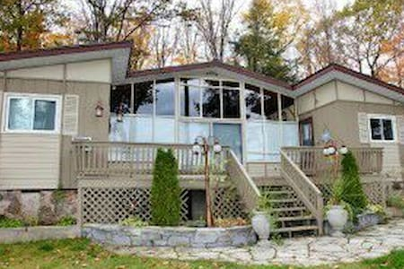 Beautiful 5 bdrm cottage on the water - Arden - Rumah
