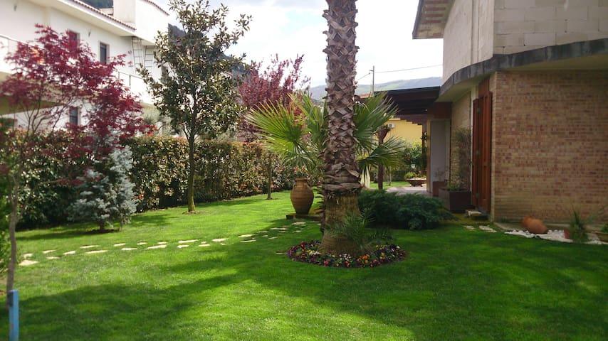 villa immersa nel verde con piscina - San Felice A Cancello