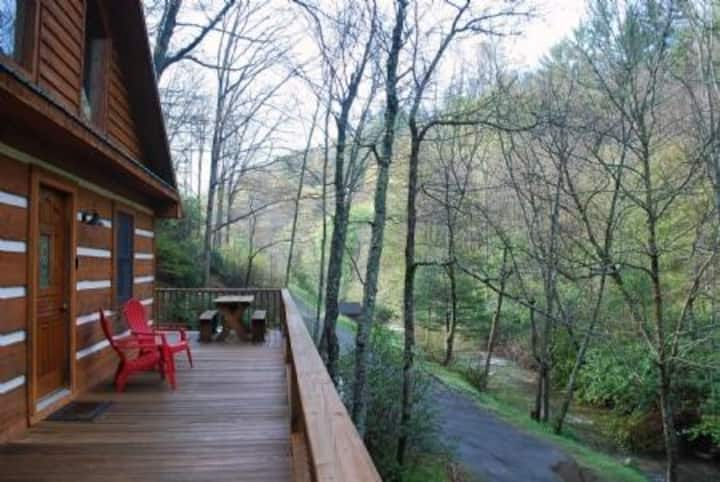 Chasing Rainbows-Hot Tub, Pet Friendly, Creek side, Wood Fireplace, WIFI, Fire pit