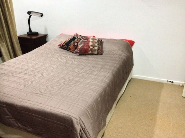 Comfortable room in family home - Chelmer