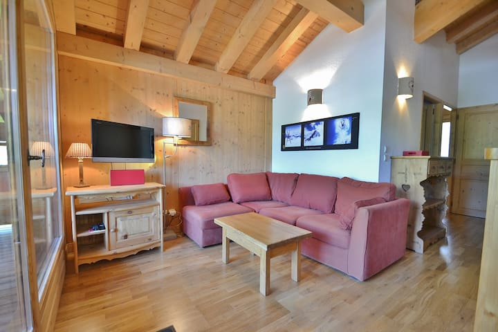 Lovely 3 bed apt + mezzanine for up to 6 next the pistes!