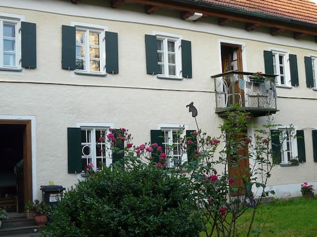 2 bright rooms in 150 year-oId farm house - Egling - Huis