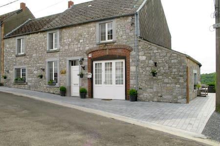 Gîte du Soleil, a house with a view - Haut-le-Wastia/Anhée - Blockhütte