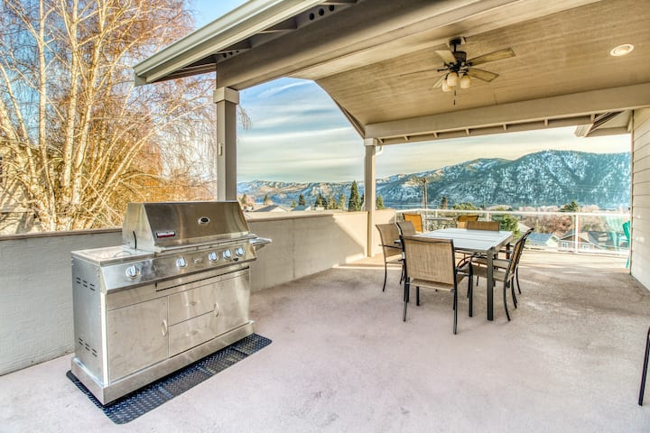 Lake view home w/ great covered deck & Foosball - walk to downtown & waterfront!