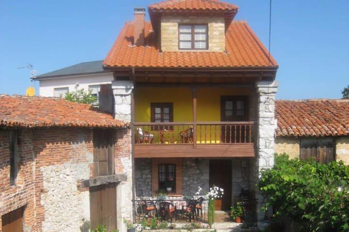 Casa Tradicional Asturiana en entorno rural - Ribadesella - House