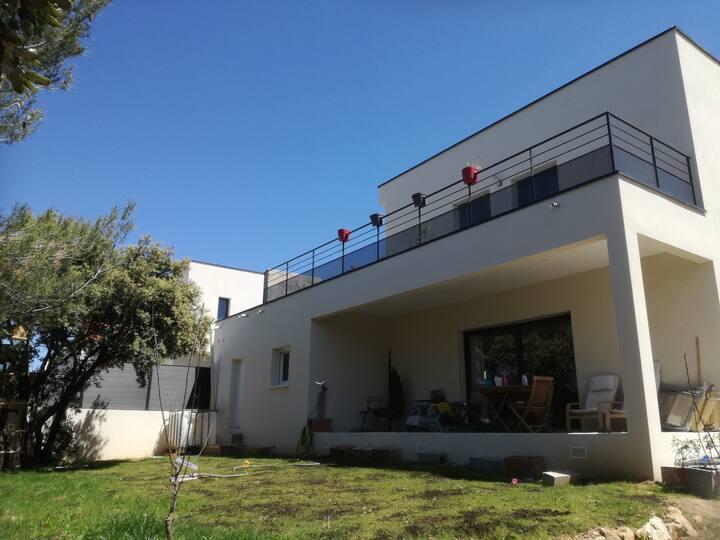 Maison familiale moderne avec jardin