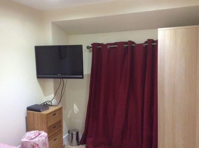 Cosy Double Room near Heathrow airport & Uxbridge