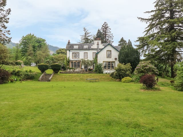 ORMIDALE HOUSE, pet friendly, with pool in Colintraive, Ref 982133