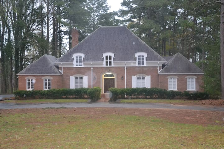 Spectacular 7000 sqf Home - College Park - Talo