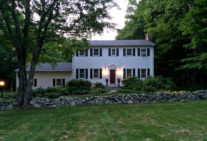 Entire Home-Private Getaway in Litchfield!