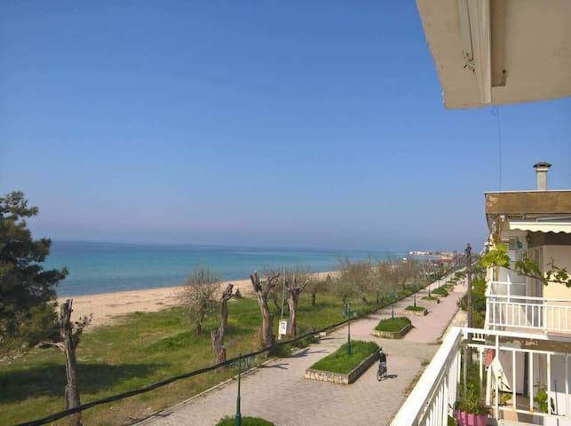 Παραλία Διονυσίου. Διαμέρισμα με θέα την θάλασσα.