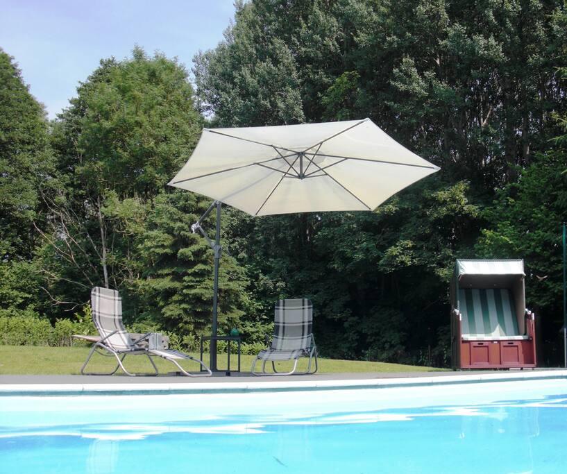 Sonnenliegen am Pool