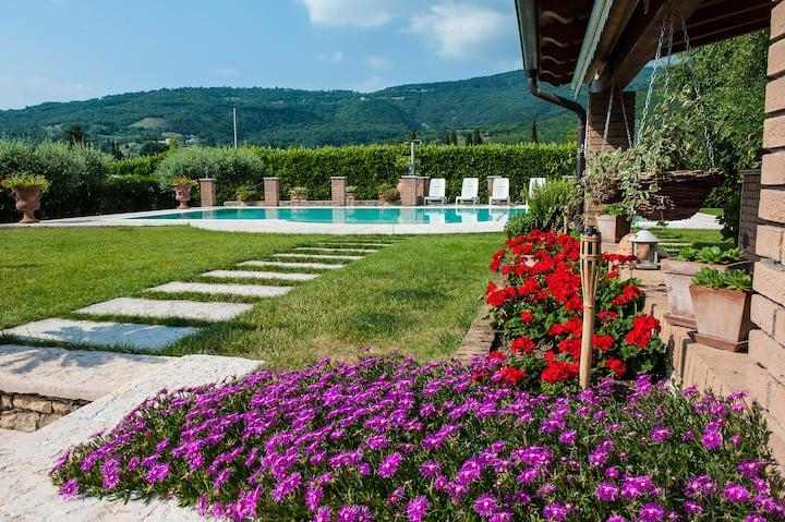 B&B Casa Fiorita: dreamy pool near the lake