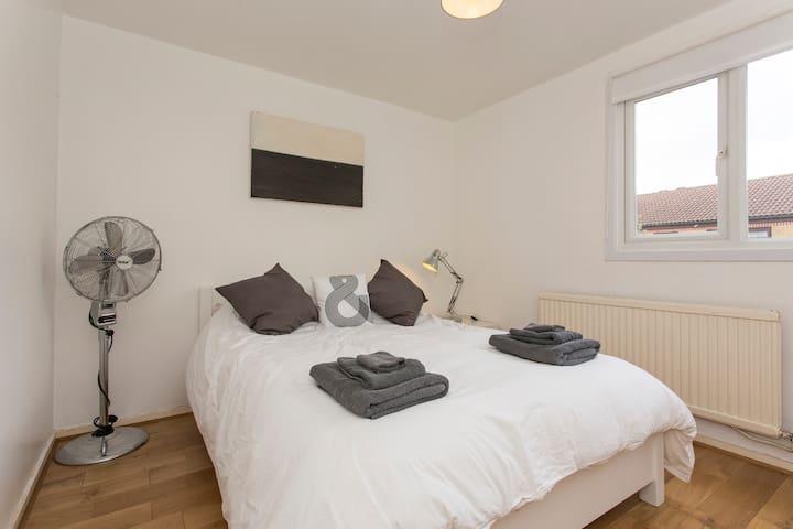 Double room in Victoria Park E9