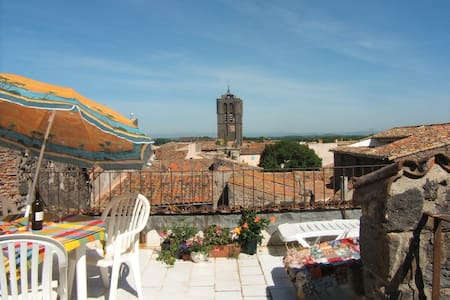 A grand three bedrooms, two bathrooms house with secluded roof terrace- panoramic views in the heart of the medieval town of Agde, on the river Herault. Minutes to sandy beaches