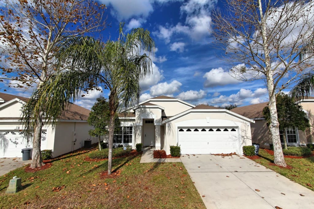 This spacious Orlando vacation home rental is available for discerning guests who want quality at an affordable price. Rhapsody Palms is a 3 bedroom family vacation home situated on the Windsor Palms resort community.