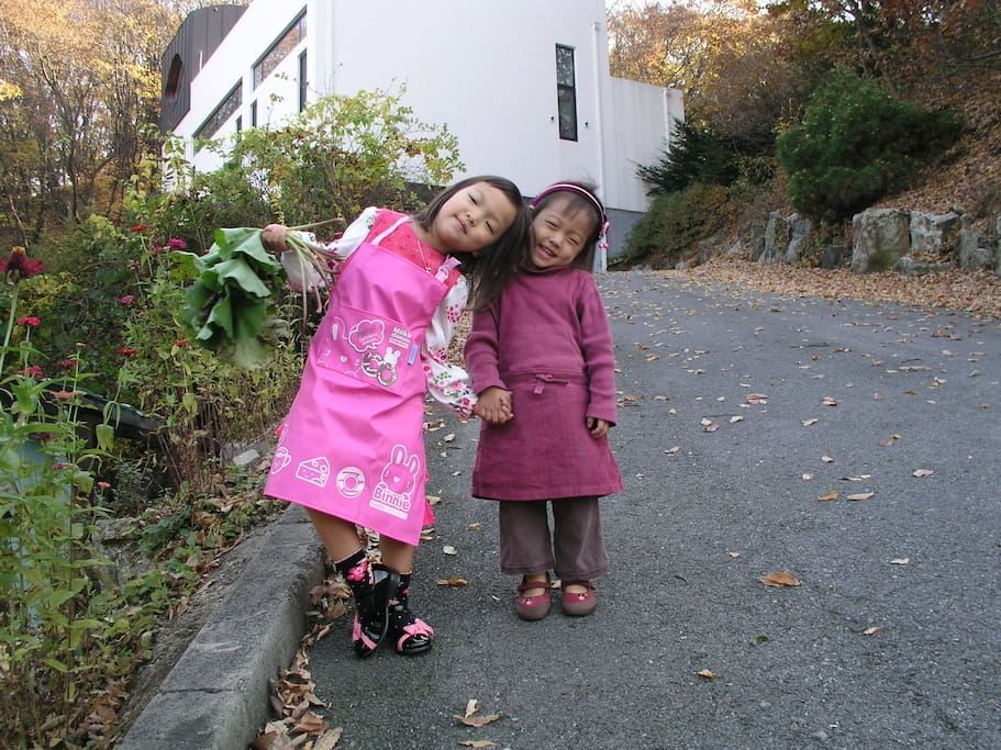 In front of the Lemon house. 어서 오세요