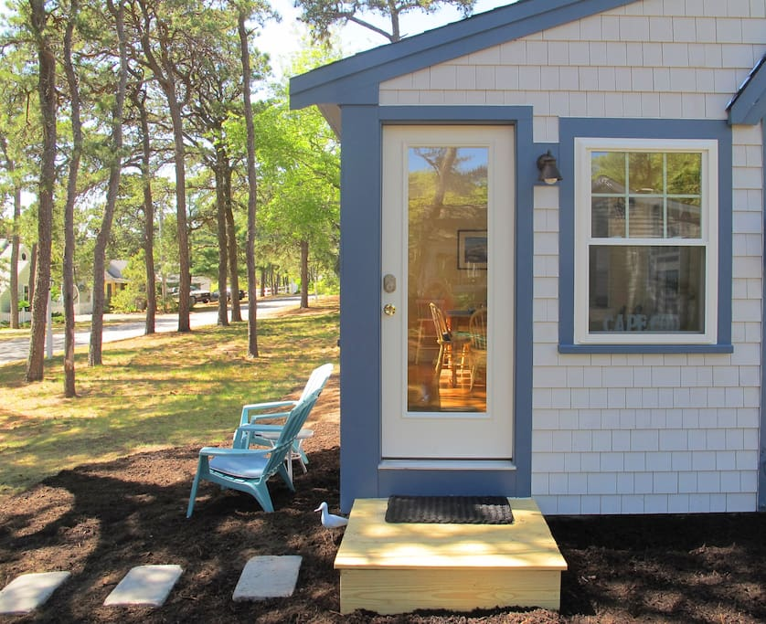 Summer Pines Cottage in peaceful setting under the pines in lakefront community