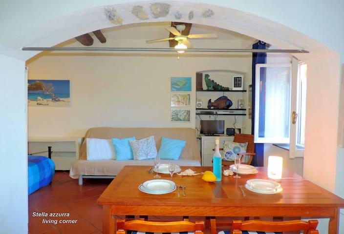 Area giorno con divano-letto doppio. Living area with sofa-bed