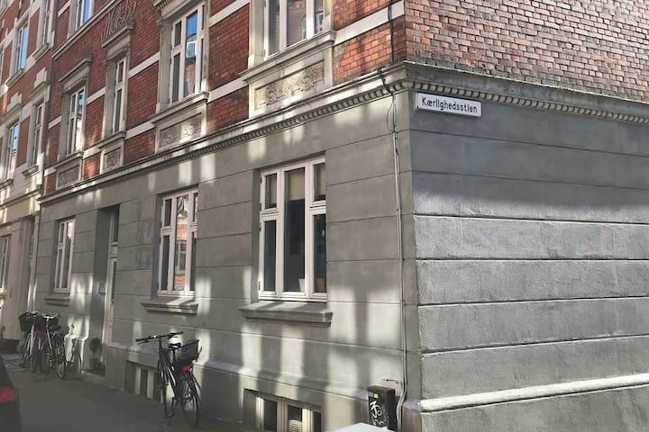 Hyggelig 3-værelses lejlighed i Aarhus C med altan
