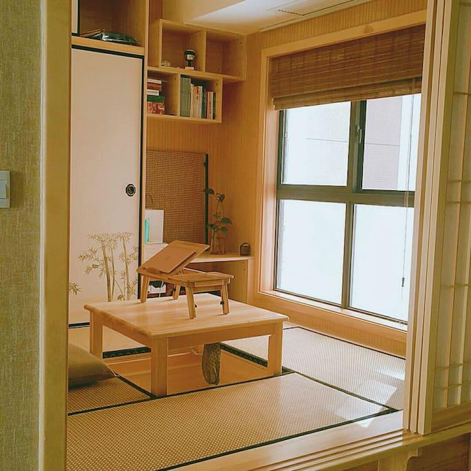 客人的两用榻榻米房间,白天书房,晚上休息。