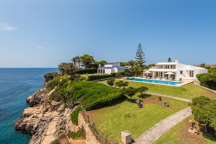 Villa Rocamar superbly positioned on the cliffside