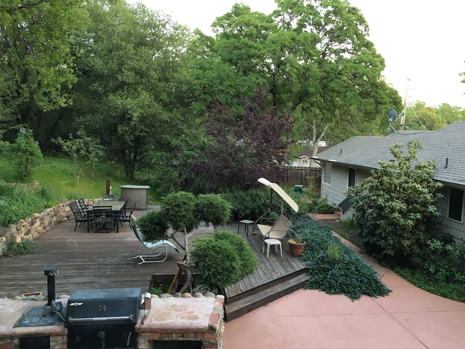 Large trees and greenery make you feel like you are in your own secluded retreat. Both a charcoal built-in BBQ and a gas BBQ are available for your use.