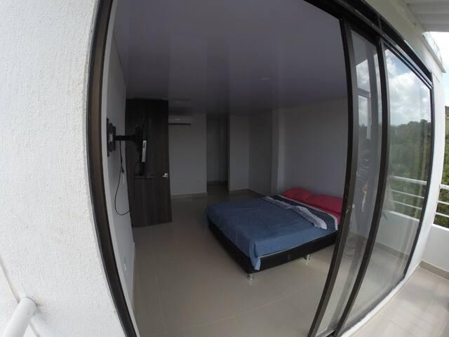 Habiotación principal con balcon privado vestier y hermosa vista