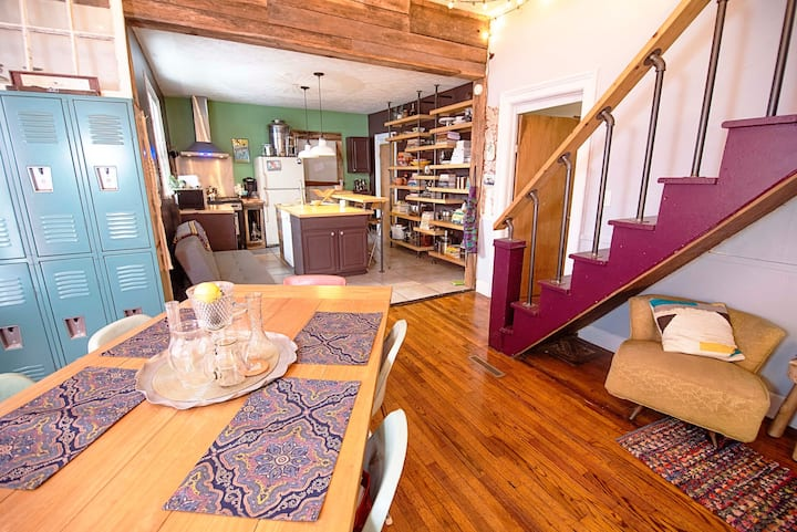 Boho Lodge- A Funky Retreat Near Downtown