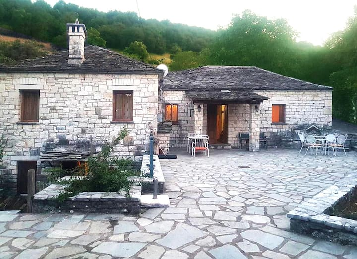 Cozy traditional house in Kato Pedina- To Petrino