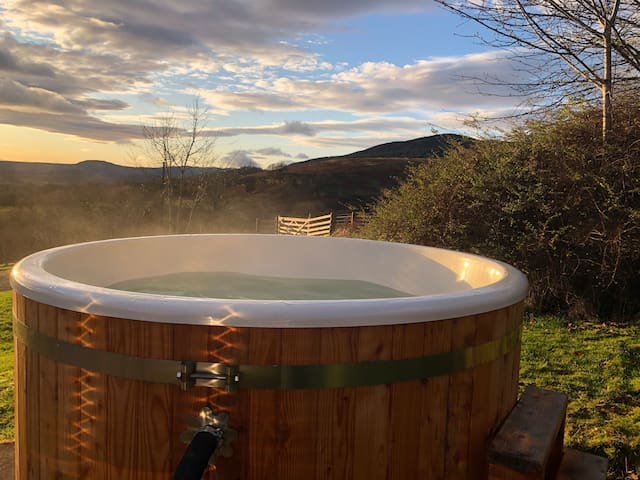 Buzzard Cottage nestled in the hills with hot tub