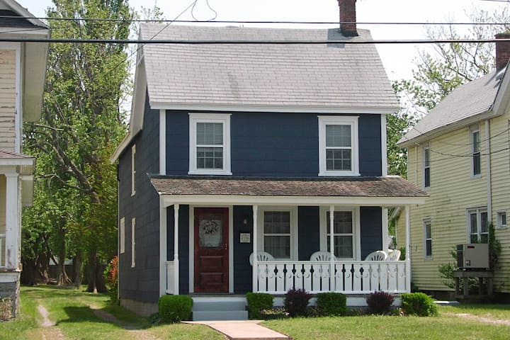Moon Dreams Cottage-Great Downtown Location!!!