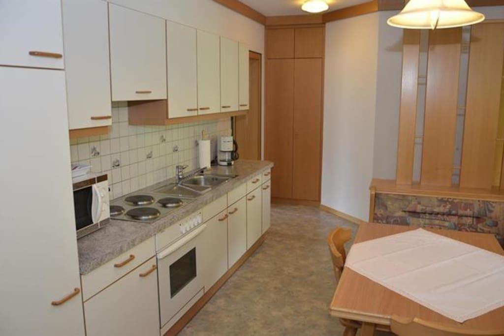 Eingangsbereich und großzügige Küche mit Sitzgelegenheit für 4 Personen